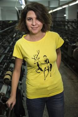 Sarı Geyik - Patronsuz Tişört (Kadın)