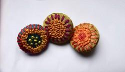 Çiçekli Kutnu Düğme Broş